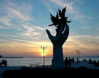 Ръката с птиците в Кушадасъ